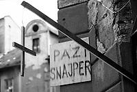 Sarajevo / Bosnia / BIH / 1994. Un cartello all'angolo di una strada segnala il pericolo di cecchini. A sign on a street corner indicates the presence of snipers.<br /> Photo Livio Senigalliesi