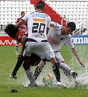 MANIZALES - COLOMBIA - 14-04-2013: César Arias (Cent.), y Gilberto García (Der.) jugadores del  Once Caldas, disputan el balón con Juan Lozano (Izq), jugador del Boyacá Chicó F C, durante el partido en el estadio Palogrande de la ciudad de Manizales, abril 14 de 2013. Once Caldas empató a dos goles con el Boyacá Chicó FC, en partido de la fecha 10 de la Liga Postobón I. (Foto: VizzorImage /JJB/ Str).  César Arias (C) and Gilberto garcia players of Once Caldas, figth for the ball with Juan Lozano(L) player of Boyaca Chico F C, during the match at the stadium Palogrande city of Manizales, April 14, 2013. Once Caldas tied to two goals with the Boyaca Chico FC, in a match for the tenth date of the League Postobon I. (Photo: VizzorImage / JJB / Str)   .