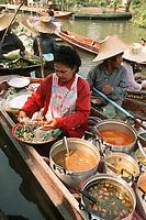 Thailande/ Env de Bangkok: Marché Flottant de Tha Kha Marchande de soupe sur son bateau
