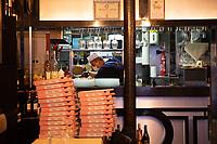 Pizzaiolo al lavoro a Parigi  con maschera protettiva durante il periodo di pandemia coronavirus Pizzamaker in Paris during coronavirus, with a protective mask