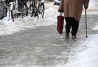 Nach ergiebigem Schneefall in den letzten Tagen sind die Leipziger Starßen noch  immer voll von Schnee. Die Beräumung dauert an. Beräumungszustand in Leipzig Schleußig - im Bild:   Feature - gerade für ältere Menschen können glatte / vereiste Fußwege zur bösen Falle werden.   Foto: Norman Rembarz..Norman Rembarz , Autorennummer 41043728 , Holbeinstr. 14, 04229 Leipzig, Tel.: 01794887569, Hypovereinsbank: BLZ: 86020086, KN: 357889472, St.Nr.: 231/261/06432 - Jegliche kommerzielle Nutzung ist honorar- und mehrwertsteuerpflichtig! Persönlichkeitsrechte sind zu wahren. Es wird keine Haftung übernommen bei Verletzung von Rechten Dritter. Autoren-Nennung gem. §13 UrhGes. wird verlangt. Weitergabe an Dritte nur nach  vorheriger Absprache..
