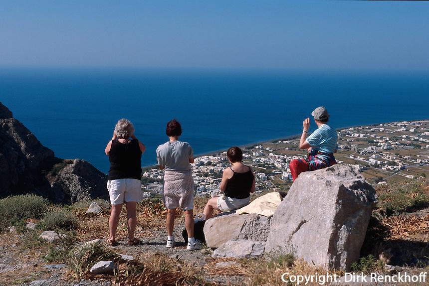 Blick von Alt Thera auf Perisssa auf der Insel Santorin (Santorini), Griechenland, Europa