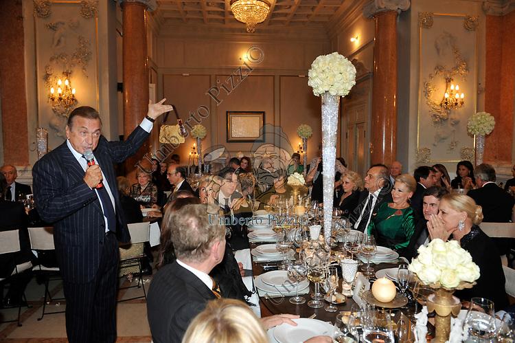 CHARITY DINNER VILLA LETIZIA  2009  ORGANIZZATO DA EMMA BONINO  -  FRANCESCO BELLAVISTA CALTAGIRONE BATTE L'ASTA