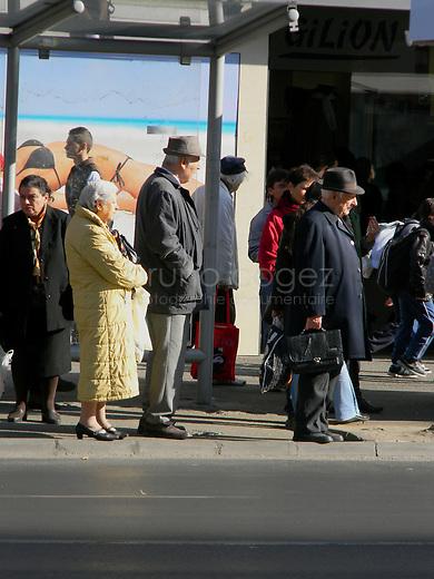 ROUMANIE, Bucarest, Piata Romana, 9.11.2011.  Gens du transport publique. Des vieux regardent pour le bus. © Ioana Constantina/ Florian Iancu