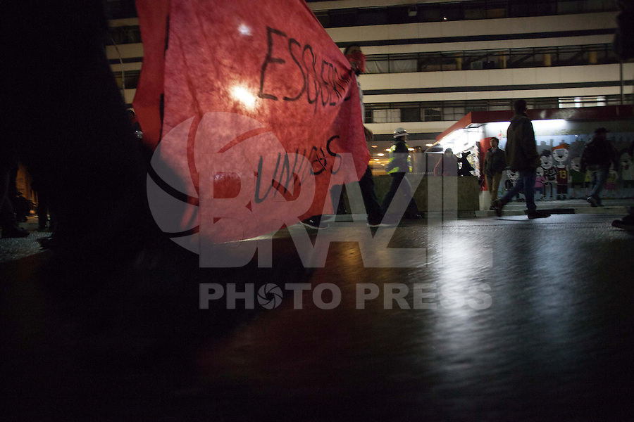 SAO PAULO, SP, 15.08.2013 - ATO / REPRESSAO - Um grupo de manifestantes protesta no Centro de São Paulo, no início da noite desta quinta-feira (15), contra a repressão policial e pelo direito de liberdade de expressão. Eles também pedem a liberação dos manifestantes presos em outros atos. A manifestação começou na Praça da Sé e segue até a Praça Roosevelt. (Foto: Warley Leite / Brazil Photo PresS).