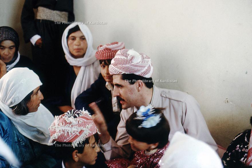 Irak 1991  Nechirvan Barzani discutant avec des femmes d'une famille de Dohok                  Iraq 1991  Nechirvan Barzani visiting a family of Dohok