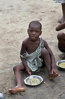 - meal distribution by an humanitarian organization to the poor or war orphan childrens....- distribuzione del pasto da parte di una organizzazione umanitaria ai bambini poveri o orfani di guerra