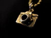 BOGOTÁ-COLOMBIA-23-01-2013. Adorno en forma de cámara dorado. Camera shaped adornment golden. (Photo:VizzorImage)