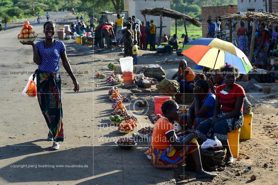 Zambia, Sinazongwe, rural market in village, women sell fruits and vegetables along the road / SAMBIA, Sinazongwe Distrikt, laendlicher Markt an einer Strasse im Dorf