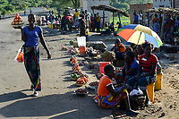 Zambia, Sinazongwe, rural market in village, women sell fruits and vegetables along the road / SAMBIA, Sinazongwe Distrikt, laendlicher Markt an einer Strasse im Dorf