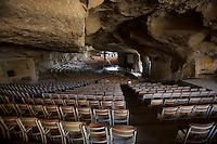 2011 Mokattam Garbage City (alla periferia del Cairo) il quartiere copto dove si vive in mezzo alla spazzatura raccolta:  auditorium della chiesa principale situata in una grotta. The Coptic Cairo where people lives in the middle of the garbage collection: the main auditorium of the church located in a cave.
