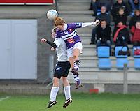 Beerschot AD - KVK Tienen : Ilse Laarmans klimt hoger dan Lorene Martin.foto DAVID CATRY / JOKE VUYLSTEKE / Vrouwenteam.be
