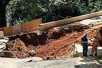 11.03.2020 - Cratera na rua Carlos Comenale em SP