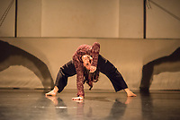 """Generalprobe der Auffuehrung """"Sieben"""" der Tanzschule """"Die Etage"""". Sieben Absolvent*innen der Tanzschule fuehren ihre Abschlussstuecke auf, ergaenzt durch weitere Choreographien zum Thema """"Die sieben Todsuenden"""".<br /> Im Bild: Die Choreographie """"Underneath - A duet with myself."""" der Absolventin Fenia Papagiannopoulou. Taenzerin: Fenia Papagiannopoulou.<br /> 9.9.2020, Berlin<br /> Copyright: Christian-Ditsch.de"""