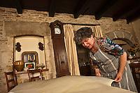 Europe/Europe/France/Midi-Pyrénées/46/Lot/Bach:  Auberge Lou Bourdié, Monique Valette prépare le pastis quercynois -elle étire la pâte qui trés fine est presque transparente <br /> //  France, Lot, Bach, Auberge Lou Bourdais, Monique Vallette prepares the Quercy pastis, she  stretches the dough very thin almost transparent<br /> <br /> [Non destiné à un usage publicitaire - Not intended for an advertising use]