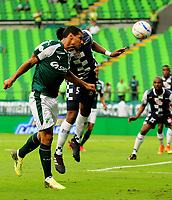 PALMIRA - COLOMBIA - 14 - 02 - 2018: Jose Sand (Izq.) jugador de Deportivo Cali disputa el balón con Jose Luis Mosquera (Der.) jugador de Boyaca Chico F. C., durante partido de la fecha 3 por la liga Aguila I 2018, jugado en el estadio Deportivo Cali (Palmaseca) en la ciudad de Palmira. / Jose Sand (L) player of Deportivo Cali vies for the ball with Jose Luis Mosquera (R) player of Boyaca Chico F. C., during a match of the 3rd date for the Liga Aguila I 2018, at the Deportivo Cali (Palmaseca) stadium in Palmira city. Photo: VizzorImage  / Nelson Rios / Cont.