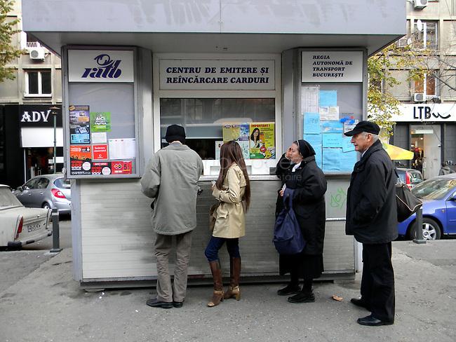 ROUMANIE, Bucarest, Piata Romana, 8.11.2011. Gens du transport publique. Gens qui font la queue pour des billets.. © Ioana Constantina/ Florian Iancu