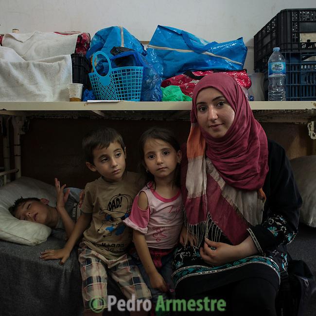 15 septiembre 2015. Ceti-Melilla <br /> Sheila tiene dos hijos de 6 años, Fatima y Rachid con los que permanece en en el Centro de Estancia Temporal de Inmigrantes (Ceti). El padre de los niños está en Nador y no tiene dinero para cruzar la frontera y reunirse con su familia. La ONG Save the Children exige al Gobierno español que tome un papel activo en la crisis de refugiados y facilite el acceso de estas familias a través de la expedición de visados humanitarios en el consulado español de Nador. Save the Children ha comprobado además cómo muchas de estas familias se han visto forzadas a separarse porque, en el momento del cierre de la frontera, unos miembros se han quedado en un lado o en el otro. Para poder cruzar el control, las mafias se aprovechan de la desesperación de los sirios y les ofrecen pasaportes marroquíes al precio de 1.000 euros. Diversas familias han explicado a Save the Children cómo están endeudadas y han tenido que elegir quién pasa primero de sus miembros a Melilla, dejando a otros en Nador.  © Save the Children Handout/PEDRO ARMESTRE - No ventas -No Archivos - Uso editorial solamente - Uso libre solamente para 14 días después de liberación. Foto proporcionada por SAVE THE CHILDREN, uso solamente para ilustrar noticias o comentarios sobre los hechos o eventos representados en esta imagen.<br /> Save the Children Handout/ PEDRO ARMESTRE - No sales - No Archives - Editorial Use Only - Free use only for 14 days after release. Photo provided by SAVE THE CHILDREN, distributed handout photo to be used only to illustrate news reporting or commentary on the facts or events depicted in this image.