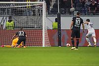Mesut Özil (Fenerbahce Istanbul) erzielt gegen Torwart Kevin Trapp (Eintracht Frankfurt) das Tor zum 0:1 - Frankfurt 16.09.2021: Eintracht Frankfurt vs. Fenerbahce Istanbul, Deutsche Bank Park, 1. Spieltag UEFA Europa League