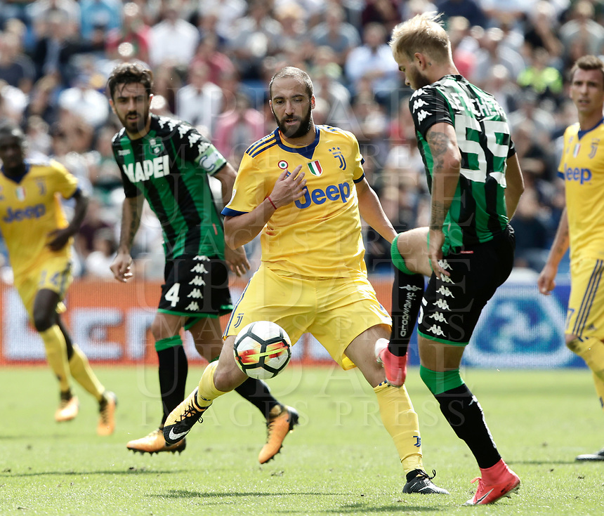 Calcio, Serie A: Reggio Emilia, Mapei stadium, 17 settembre 2017.<br /> Juventus' Gonzalo Higuain (l) in action with Sassuolo's Timo Letschert (r)during the Italian Serie A football match between Sassuolo and Juventus at Reggio Emilia's Mapei stadium, September 17, 2017.<br /> UPDATE IMAGES PRESS/Isabella Bonotto