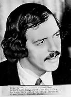 1970 - Crise d'Octobre Robert Lemieux, avocat du FLQ s'adresse aux médias avant son arrestation, a Montreal<br /> <br /> Photo : Bob Olsen<br /> Toronto Star Archives via AQP
