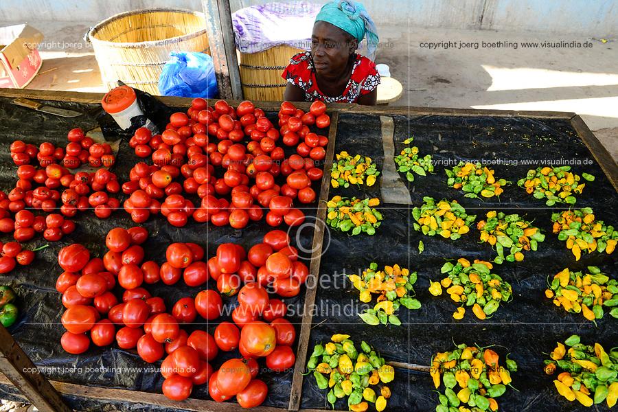 BURKINA FASO, Provinz Poni, Gaoua, market, woman sells vegetables like chillies, tomatos / Markt, Verkauf Gemuese, Tomate, Chillies