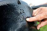 Foto: VidiPhoto<br /> <br /> VEERE – Voor het schieten met de historische kanonnen van de Vereniging Vesting Veere komt de nodige vakmanschap kijken. Daarnaast kost het onderhoud de nodige tijd van de vrijwilligers. De kanonniers kunnen ingehuurd worden bij feeste en partijen om aan het begin van de festiviteiten een schot voor de boeg te kunnen geven. Foto: Gietjaar en nummer van het kanon.