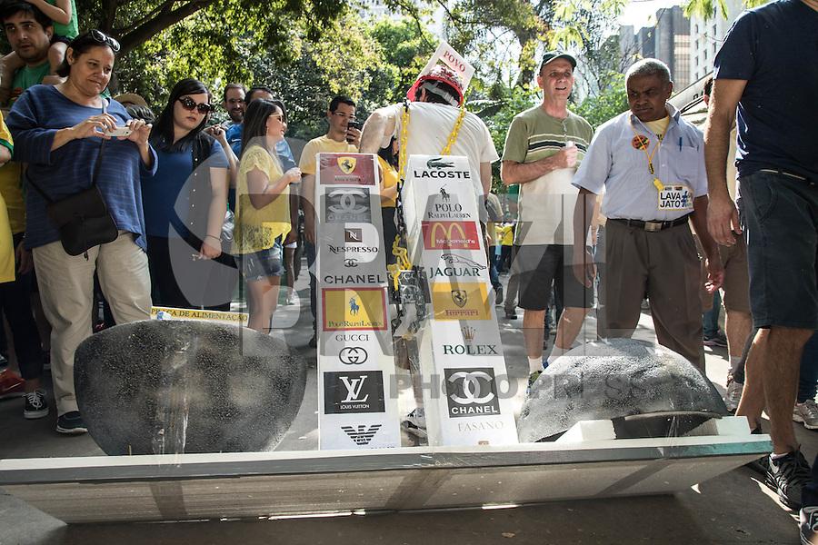 SÃO PAULO,SP, 16.08.2015 - PROTESTO-SP - Manifestantes durante ato contra o governo Dilma Rousseff (Partido dos Trabalhadores) na Avenida Paulista em São Paulo, neste domingo, 16. (Foto: Marcelo Brammer/Brazil Photo Press)
