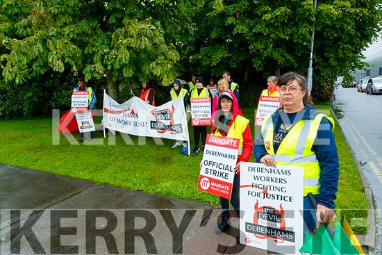 Trisha O'Sullivan and Geraldine O'Regan, former Debenhams staff protesting, outside the Manor Store, Tralee, on Wednesday evening.