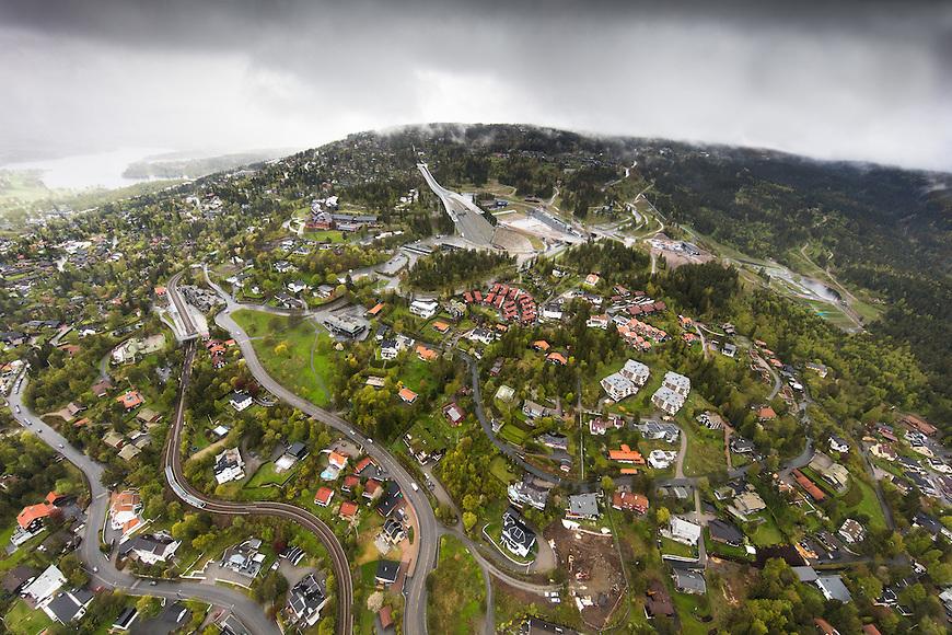 Oslo fra lufta, 20150519. Holmenkollen, i tåke og regn. Foto: Eirik Helland Urke.