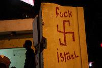"""EGITTO, IL CAIRO 9/10 settembre 2011: assalto all'ambasciata israeliana. Migliaia di manifestanti egiziani, ancora infuriati per l'uccisione di cinque guardie di frontiera egiziane da parte dell'esercito israeliano, hanno fatto irruzione nella sede diplomatica israeliana e sono stati poi sgomberati da esercito e polizia egiziana. Nell'immagine: su un muro è disegnata una svastica con la scritta """"fuck Israel"""".<br /> Egypt attack to the Israeli embassy  Attaque à l'ambassade israelienne Caire"""