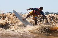 Surf na foz do Amazonas. <br /> Breves, Pará, Brasil<br /> Foto Paulo Santos<br /> 2011