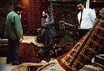 1992 Bagdad,  Franco Battiato acquista tappeti nel suq, Franco Battiato buying carpets in a suq© Fulvia Farassino