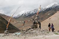 Cérémonie près d'un stupa isolé dans le Massif de Pangon à quelques dizaines de kilomètres de la frontière sino-thibétaine. Ladakh Himalaya Inde. Photo : Vibert / Actionreporter.com