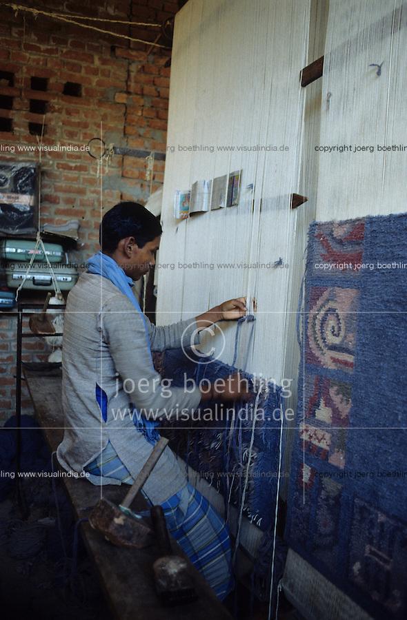 INDIA Uttar Pradesh Mirzapur, worker weaving at carpet loom licensed by Rugmark Foundation to abolish child labour / INDIEN Uttar Pradesh, Teppichknüpfer arbeiten an von Rugmark Stiftung lizensierten Knüpfstuhl Webstuhl in einer Teppichknüpferei in einem Dorf im Teppichgürtel zwischen Badohi und Mirzapur , Rugmark Stiftung kämpft für die Beseitigung von Kinderarbeit