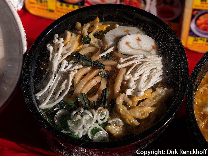 Straßenrestaurant auf dem Namdaemun Markt, Seoul, Südkorea, Asien<br /> streetrestaurant at Namdaemun market, Seoul, South Korea, Asia