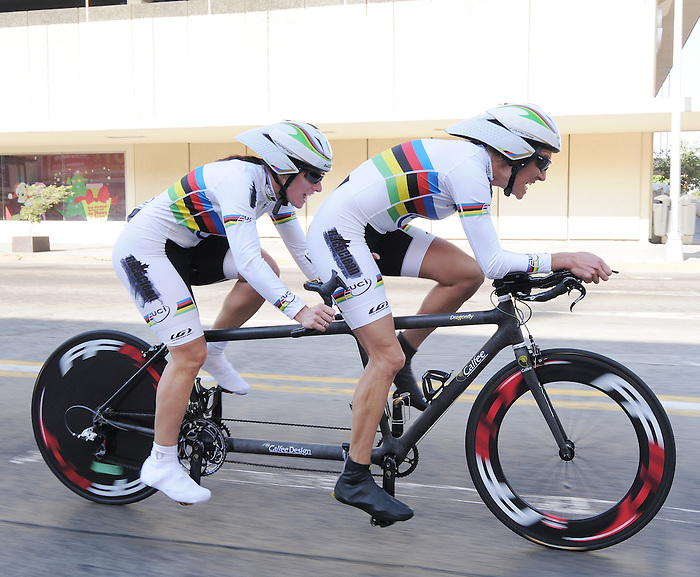 Robbi Weldon and Lyne Bessette, Guadalajara 2011 - Para Cycling // Paracyclisme.<br /> Robbi Weldon and her Pilot Lyne Bessette on their way to winning a gold medal // Robbi Weldon et sa pilote Lyne Bessette en route pour remporter une médaille d'or. 11/12/2011.