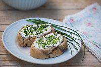 Brot mit Quark und Schnittlauch, Butterbrot, Schnittlauch-Brot, Schnittlauch, Schnitt-Lauch, Allium schoenoprasum, Chives, Ciboulette