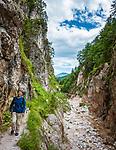 Deutschland, Bayern, Oberbayern, Berchtesgadener Land, bei Hintergern (Berchtesgaden): Wanderer in der Almbachklamm | Germany, Bavaria, Upper Bavaria, Berchtesgadener Land, near Hintergern (Berchtesgaden): hiker at Almbachklamm
