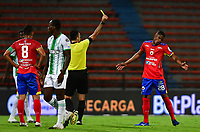 MEDELLIN - COLOMBIA, 08-11-2020: Carlos Betancur, árbitro, muestra la tarjeta amarilla a Cristian Tovar del Pasto durante partido por la fecha 18 de la Liga BetPlay DIMAYOR I 2020 entre Atlético Nacional y Depotivo Pasto jugado en el estadio Atanasio Girardot de la ciudad de Medellín. / Carlos Betancur, referee, shows the yellow card to Francisco Rodriguez of Pasto during the match for the date 18 as part of BetPlay DIMAYOR League I 2020 between Atletico Nacional and Depotivo Pasto played at Atanasio Girardot stadium in Medellín city. Photo: VizzorImage / Luis Benavides / Cont