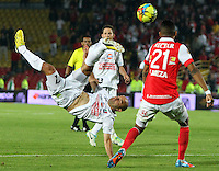 BOGOTA -COLOMBIA. 04-05-2014. Francisco Meza  (Der)  de Independiente Santa Fe disputa el balon  contra Edwards Jimenez del  Once Caldas partido de Vuelta de Los Cuartos de Final de  La Liga Postobon  jugado en el estadio El Campin . Francisco Meza (Der) of Independiente Santa Fe dispute the balloon against Once Caldas Edwards Jimenez Party Spin The Quarterfinals La Liga Postobon played at El Campin. Photo: VizzorImage / Felipe Caicedo / Staff