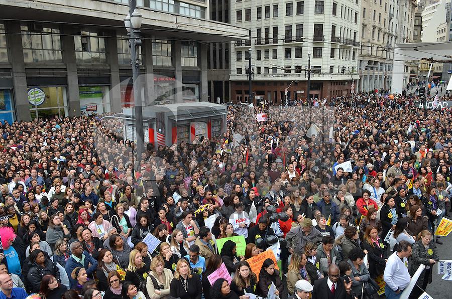 SAO PAULO, SP, 24 DE MAIO DE 2013 - ASSEMBLEIA PROFESSORES - Professores municipais em greve realizam assembleia em frente a Prefeitura, na tarde desta sexta feira, 24, região central da capital.  (FOTO: ALEXANDRE MOREIRA / BRAZIL PHOTO PRESS)