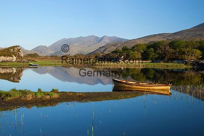 Ireland, County Kerry, near Killarney, Killarney National Park: Rowing boats on Upper Lake with Macgillycuddy's Reeks   Irland, County Kerry, bei Killarney, Killarney National Park, Upper Lake vor dem Gebirgsmassiv Macgillycuddy's Reeks