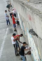 BOGOTÁ -COLOMBIA. 30-03-2014. Los grafiteros de Bogotá se tomaron el puente deprimido de  la calle 26 con cra 30 después que la administración de la ciudad decidiera borrar los grafitis que existían allí./ The graffiti artist of Bogota took the depressed street bridge in 26 street and Cra 30 avenue after the city administration decided to erase graffiti that existed there.  Photo: VizzorImage/Gabriel Aponte/ Str