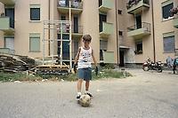 - Milano, bambini giocano in un cortile del quartiere  di via Bianchi, periferia nord della città....- Milan, children play in a court of Bianchi street district, northern suburbs of the city