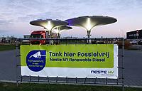 Nederland - Zaanstad -  2020. Tankstation NXT op bedrijventerrein HoogTij in Westzaan. Dit tankstation werkt met een nieuw brandstoffen concept en is daardoor een tankstation van de toekomst. NXT HoogTij biedt namelijk ook duurzamere alternatieven voor benzine en diesel aan; GTL en E10. GTL is een brandstof gemaakt van aardgas en is biologisch afbreekbaar. E10 is benzine waar 10 procent bio-ethanol aan is toegevoegd. In de loop van 2020 wordt NXT uitgebreid met waterstof. Daarnaast heeft het tankstation zelf ook duurzame maatregelen genomen. Met zonnepanelen op de bovenkant van de kelken voorziet het tankstation in de eigen energiebehoefte. Foto ANP / HH / Berlinda van Dam