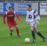 KVC Wingene - SV Moorsele..Lieven Thorrée aan de bal. Youssef Idrissi (links) kijkt toe...foto VDB / BART VANDENBROUCKE