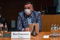 """107. Sitzung des """"1. Untersuchungsausschuss"""" der 19. Legislaturperiode des Deutschen Bundestag am Donnerstag den 5. November 2020 zur Aufklaerung des Terroranschlag durch den islamistischen Terroristen Anis Amri auf den Weihnachtsmarkt am Berliner Breitscheidplatz im Dezember 2016.<br /> Als Zeugen waren unter anderem der Praesident des Bundeskriminalamtes, Holger Muench, der Praesident des Bundesnachrichtendienstes Dr. Bruno Kahl, ein nichtoeffentlicher Zeuge des Bundesamt fuer Verfassungsschutz und der Rechtsextremist und Pegida-Gruender Lutz Bachmann geladen.<br /> Im Bild: Lutz Bachmann im Sitzungssaal. Links sein Rechtsbeistand.<br /> 5.11.2020, Berlin<br /> Copyright: Christian-Ditsch.de"""