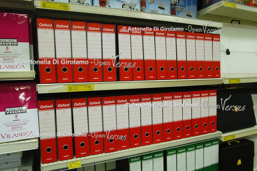 Reparto di oggetti e materialiper uffici in un grade supermercato Coop. .Department of objects and materials for into Coop supermarket....
