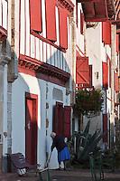 Europe/France/Aquitaine/64/Pyrénées-Atlantiques/Pays-Basque/Ainhoa: Maisons labourdines de la rue principale - Plus Beaux Villages de France